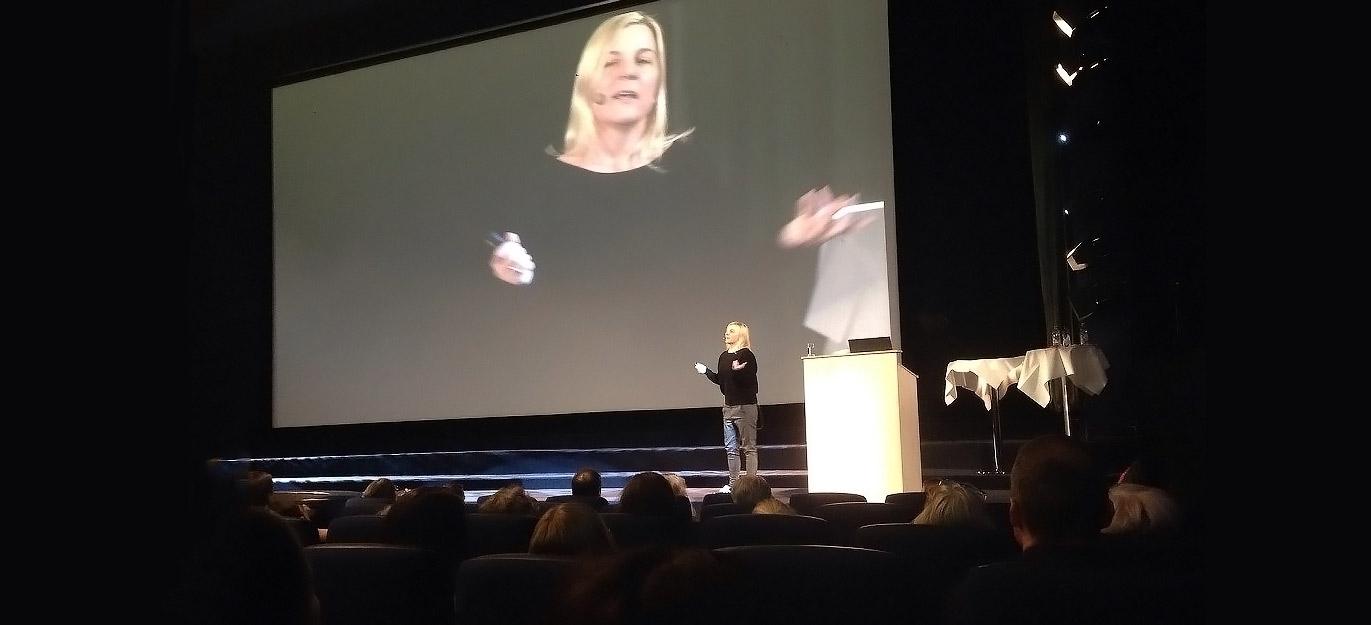Mona holder foredrag på Sor konferansen i Bergen